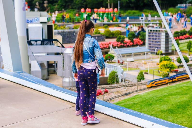 nederland Den Haag Zuid-Holland Miniatuurpark Madurodam Juli 2016 miniatuur van gele trein, de spoorweg van Nederland royalty-vrije stock afbeelding