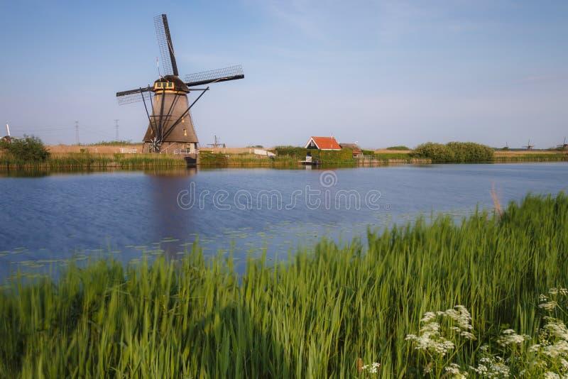 Nederland een historische windmolen bij een meer royalty-vrije stock afbeeldingen