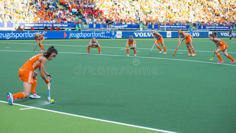 Nederland slaat België tijdens de Hockeywereldbeker 2014 royalty-vrije stock afbeeldingen