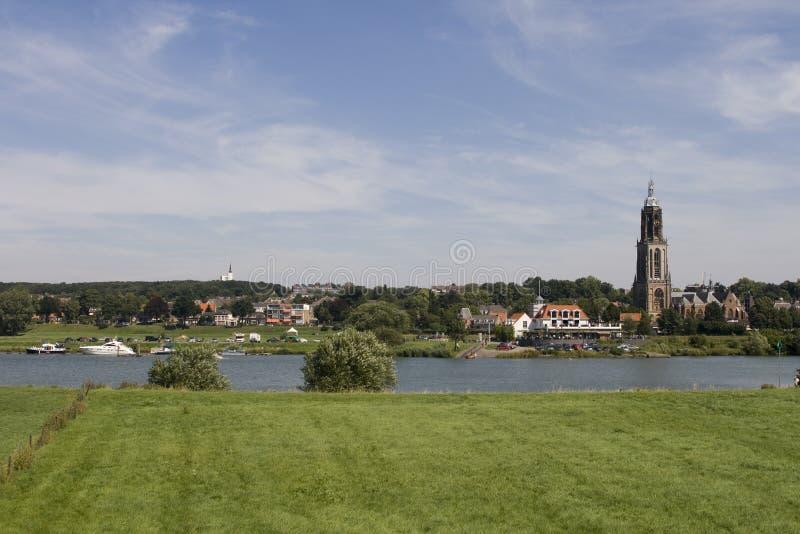 Nederlands dorp op riviervoorzijde royalty-vrije stock foto's