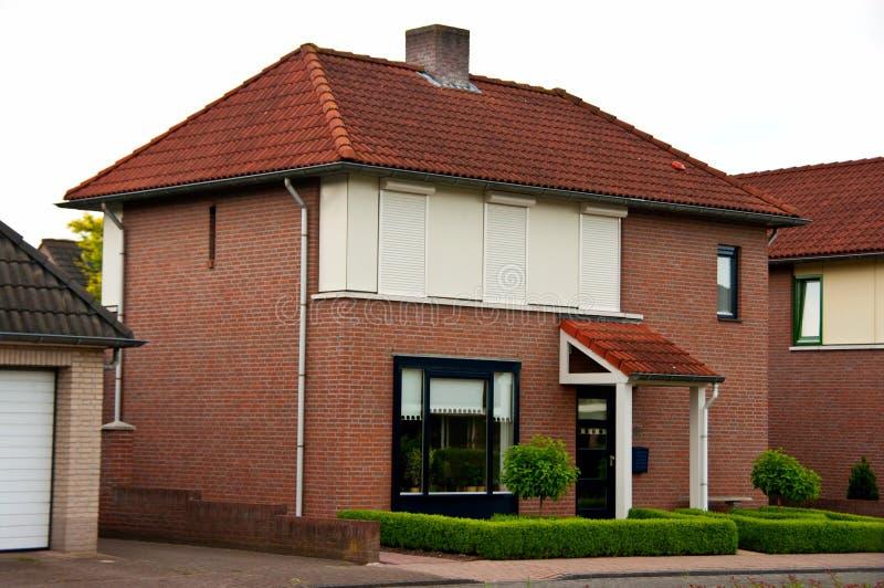 Nederlands huis in de voorsteden stock foto's