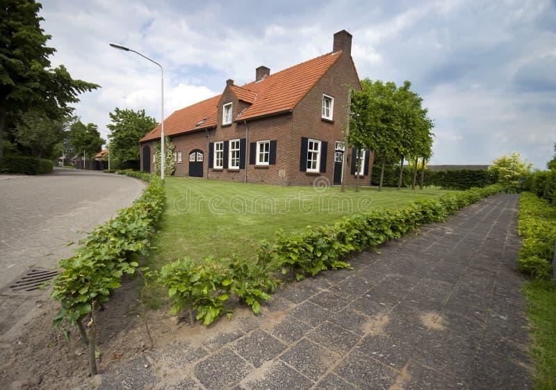 Nederlands huis in de voorsteden stock foto