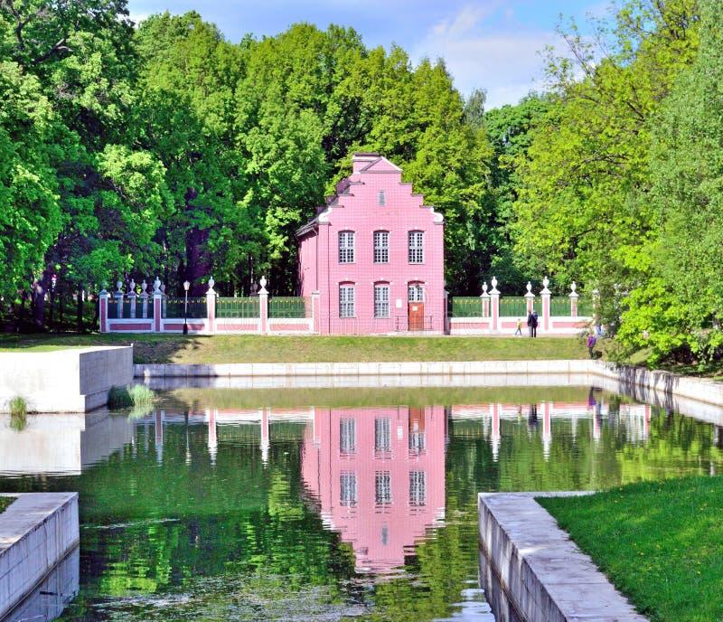Nederlands huis in Kuskovo-manor in Moskou in de vroege zomer stock afbeelding