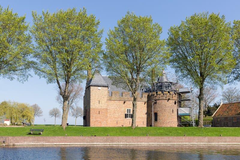 Nederlands kasteel Radboud een middeleeuws kasteel met steiger voor onderhoud stock foto