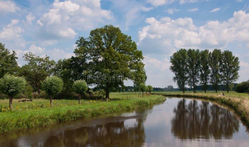 Nederlands landschap met een mening over het rivierTeken royalty-vrije stock foto