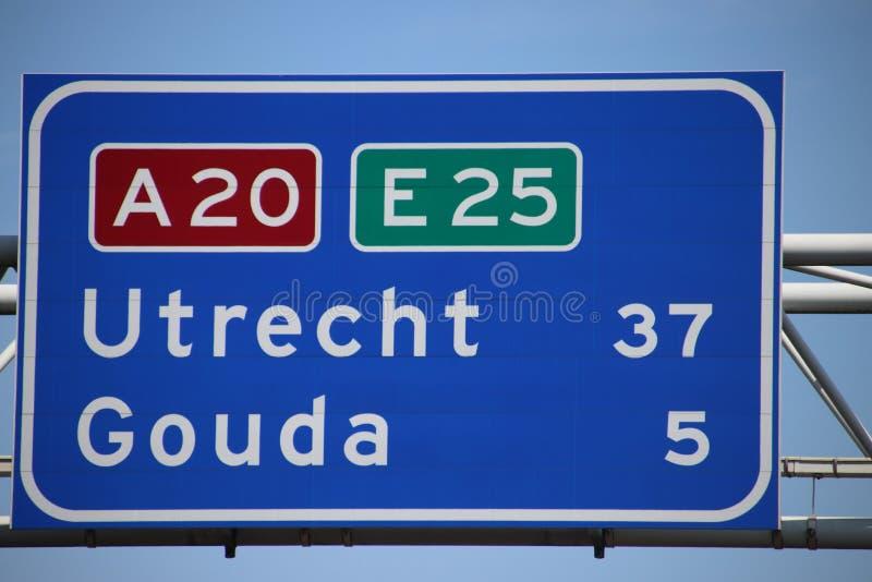 Nederlands wegteken op autosnelweg A20 E25 de kilometerafstand aan de stad van Gouda en Utrecht royalty-vrije stock afbeelding