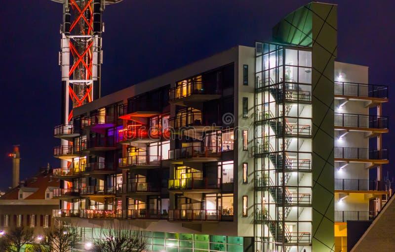 Nederlandse architectuur 's nachts, aangestoken flatgebouw met trap en balkons royalty-vrije stock afbeeldingen