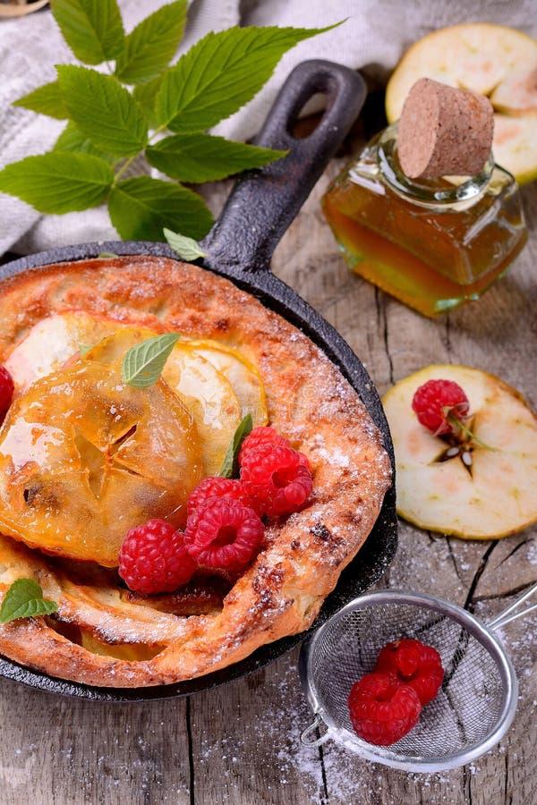 Nederlandse babypannekoek met appelkaneel en vers stock foto's