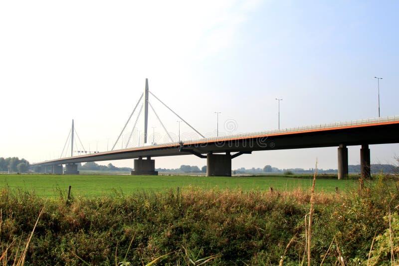 Nederlandse hangbrug over de rivier Waal royalty-vrije stock afbeelding
