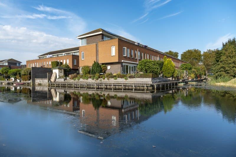 Nederlandse moderne huizen aan de kanaalkant royalty-vrije stock afbeelding