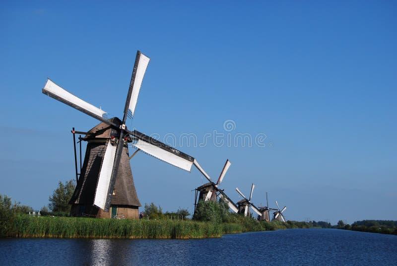 Nederlandse molen op de waterkant stock afbeelding