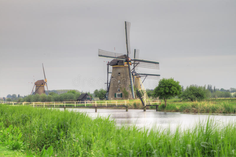 Nederlandse molens in Kinderdijk, Holland stock foto