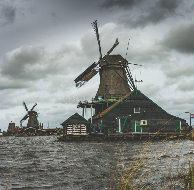 Nederlandse oude windmolen stock foto