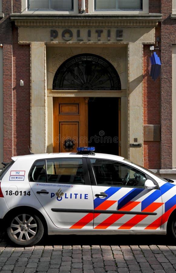 Nederlandse politiewagen die buiten een politiebureau wordt geparkeerd royalty-vrije stock foto's