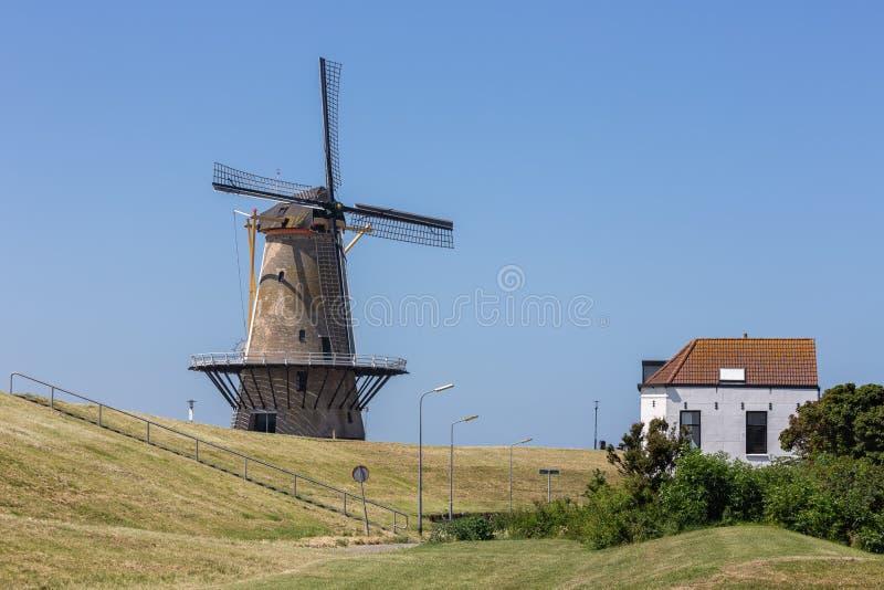 Nederlandse traditionele windmolen bij dijk dichtbij Vlissingen stock afbeeldingen
