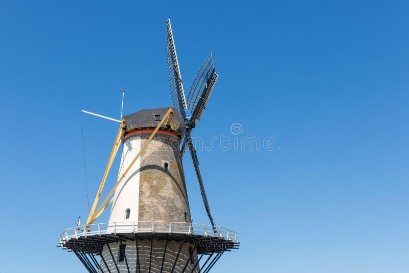 Nederlandse traditionele windmolen Oranjemolen bij dijk dichtbij Vlissingen stock foto