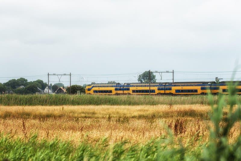 Nederlandse Trein in landelijk landschap royalty-vrije stock foto's