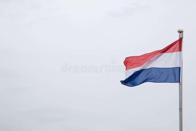 Nederlandse Vlag die in de Wind vliegen stock foto
