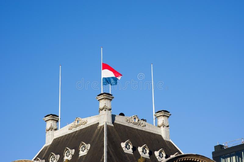 Nederlandse vlag halve mast royalty-vrije stock fotografie
