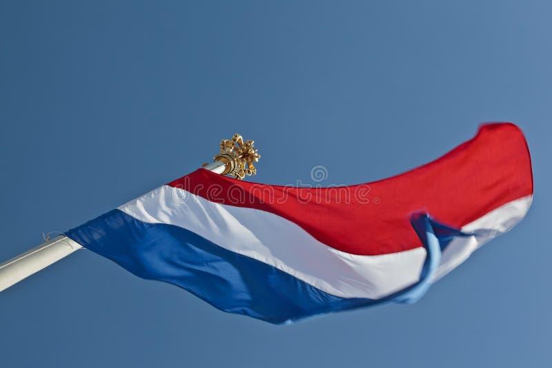 Nederlandse vlag met een kroon bovenop de vlaggestok royalty-vrije stock fotografie