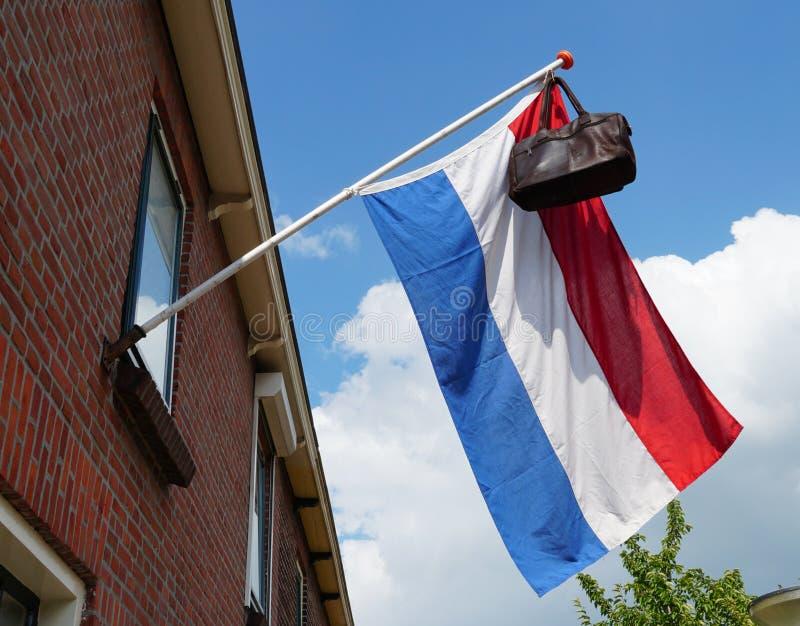 Nederlandse vlag met een schooltas stock fotografie