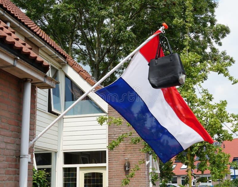 Nederlandse vlag met een schooltas stock afbeelding