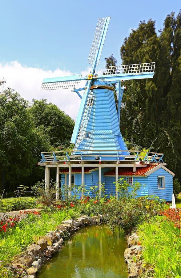Nederlandse windmolen in de lente stock foto's