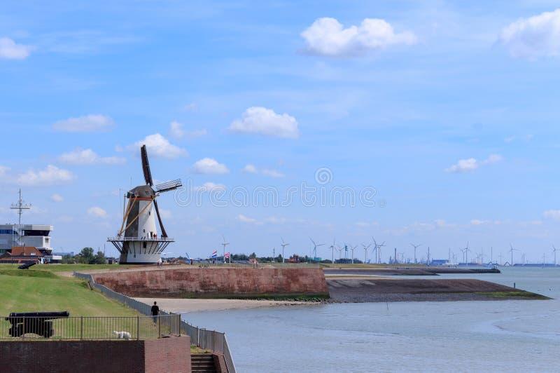 Nederlandse windmolen en nieuwe windmolens in Nederland stock fotografie