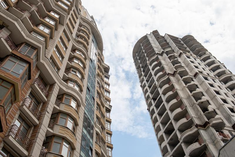 Nedersta sikt av bostads- byggnader med bl? himmel Ram Nedersta sikt av fasaden av det moderna m?ng- v?ningshuset arkivbilder