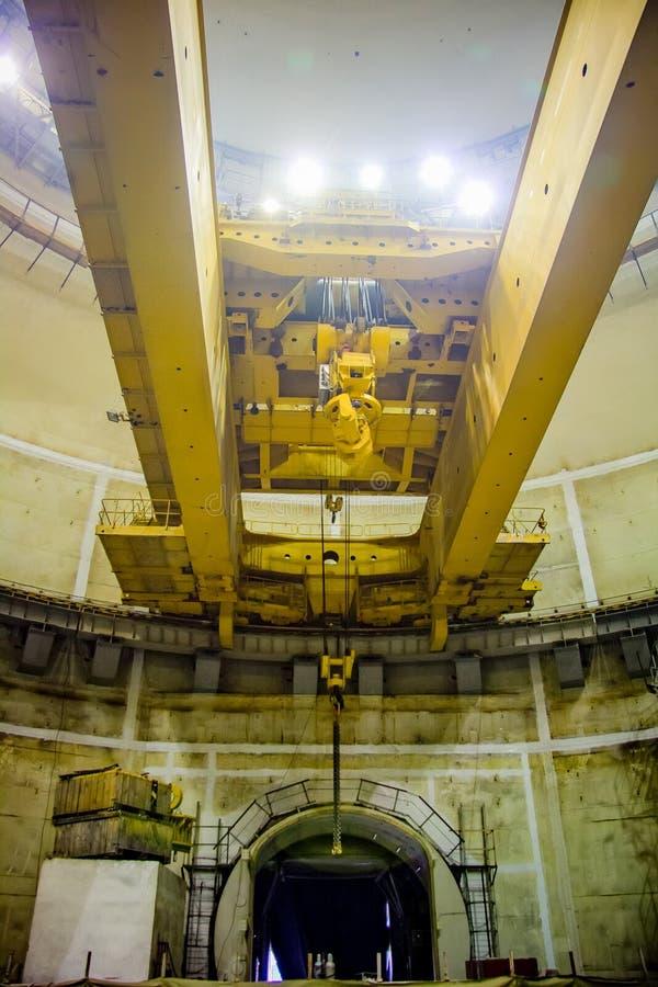 Nedersta sikt av den industriella polara roterande kranen av brotyp Konstruktion av kupolen arkivfoto