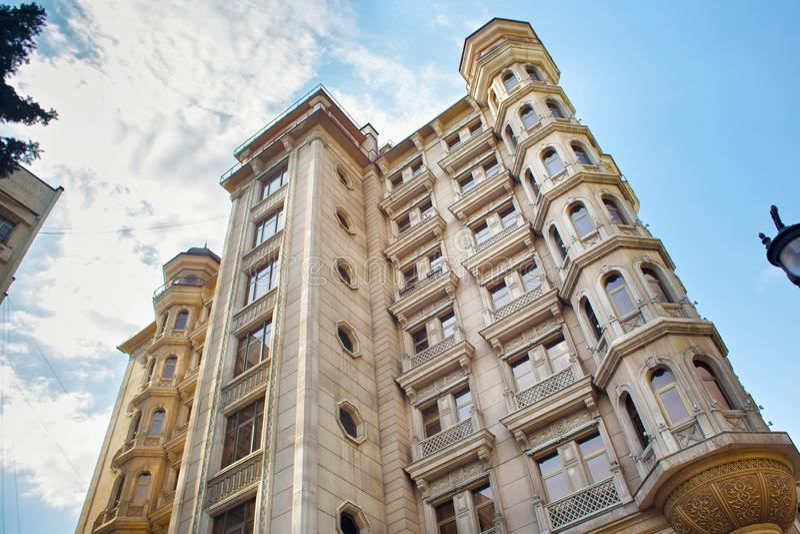 Nedersta sikt av den av moderna multistorey bostads- byggnader i mitt av Almaty arkivbild