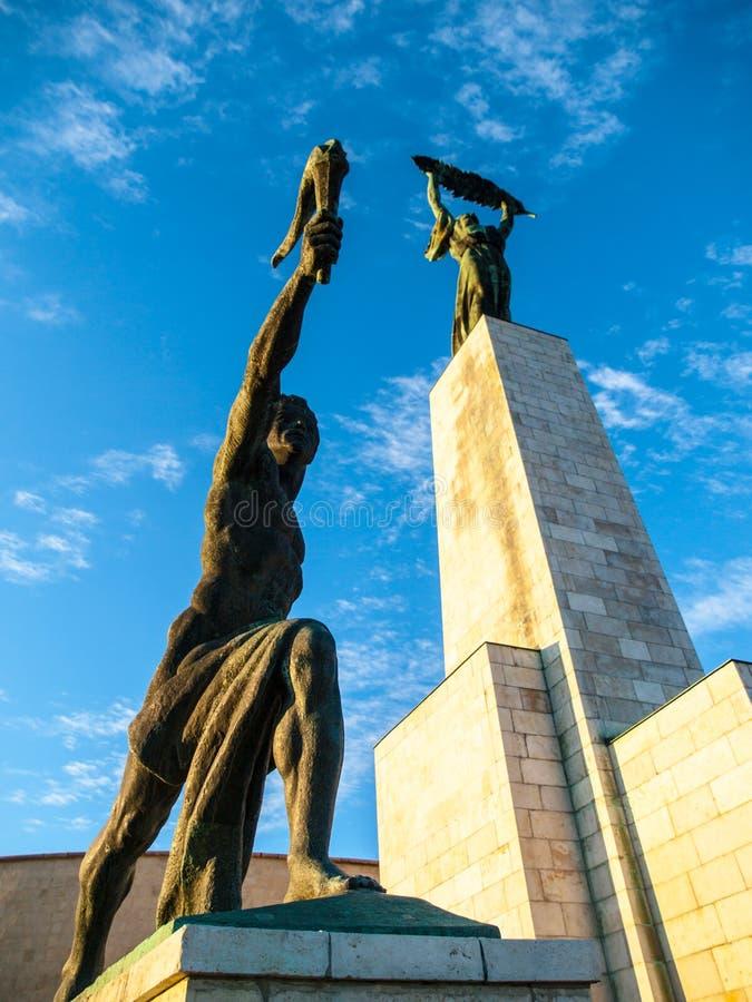 Nedersta sikt av Liberty Statue på den Gellert kullen i Budapest, Ungern, Europa fotografering för bildbyråer