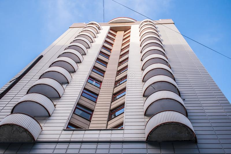 Nedersta sikt av modern byggnad med original- halvcirkelformiga balkonger och hörnfönster royaltyfri bild