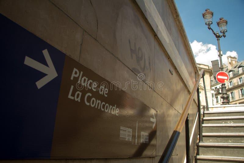 Nedersta sikt av utgångstecknet från tunnelbanastationen att överensstämma fyrkanten i Paris royaltyfri fotografi