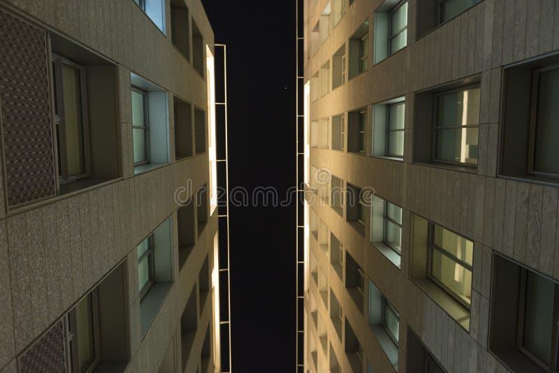 Nedersta sikt för byggnadsarkitekturhimmel royaltyfri foto