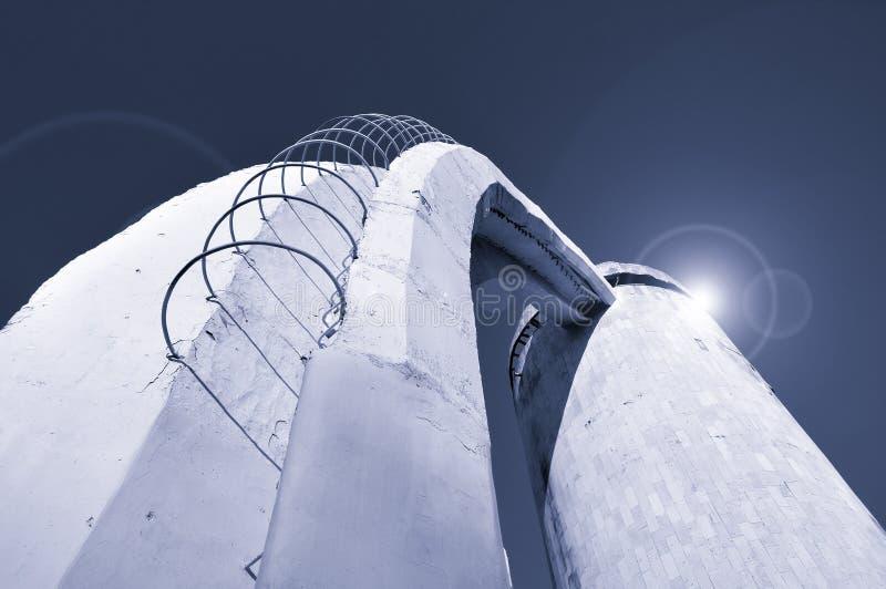 Nedersta sikt för perspektiv av trappa som göras av betong och rebar och att leda upp till kolonnen som byggs i futuristisk kosmi royaltyfri bild