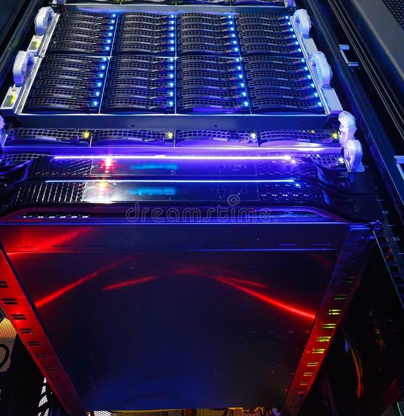 Nedersta sikt på klungalagringen av supercomputeren i en datorhall arkivbild