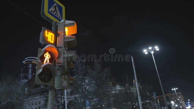 Nedersta sikt till trafikljuset i staden på natten på mörk himmelbakgrund actinium Signal att stoppa för gångare in royaltyfri foto