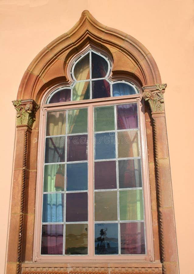 nedfläckadt fönster för färgrikt exponeringsglas arkivbilder