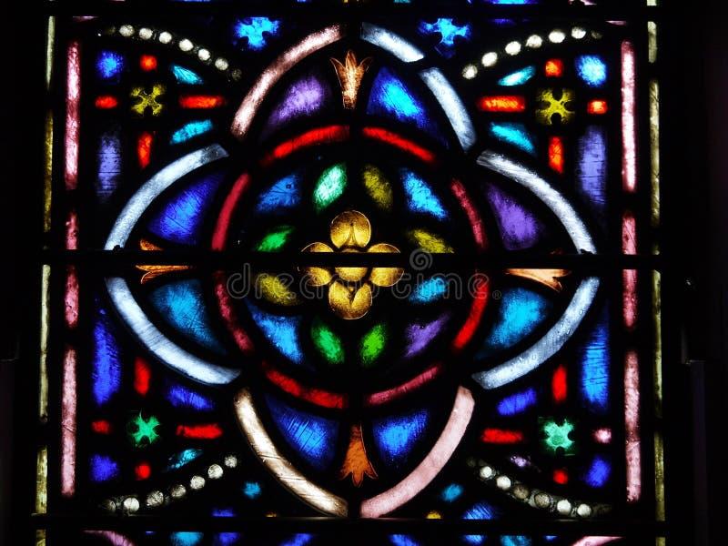 nedfläckadt fönster för kyrklig quatrefoil för design glass arkivbilder
