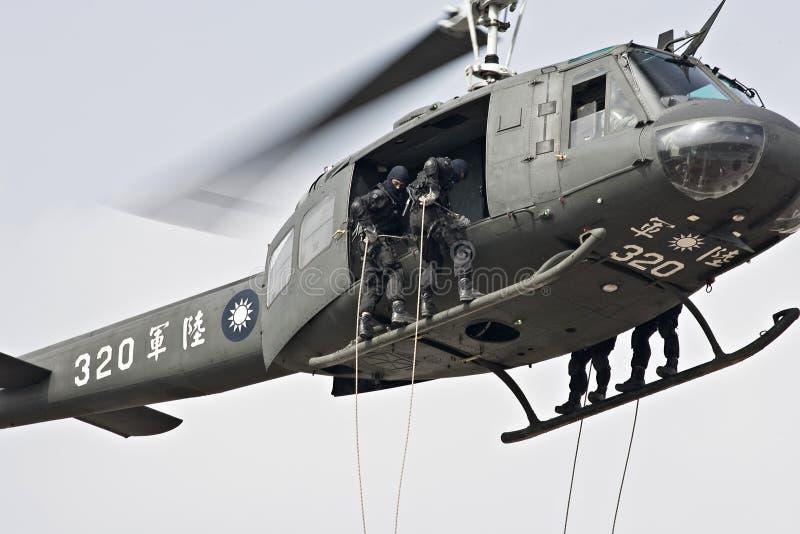 nedgående helikopterrep royaltyfria foton