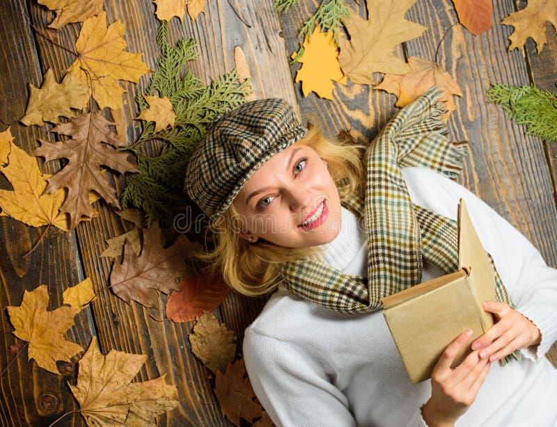 Nedgång och höstsäsong Kvinnadamen i rutig hatt och den lästa halsduken bokar Hon gillar den detektiv- genren Flicka i tappning arkivfoton