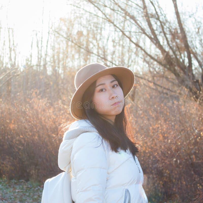 Nedgång ung asiatisk älskvärd flicka för höst royaltyfri foto