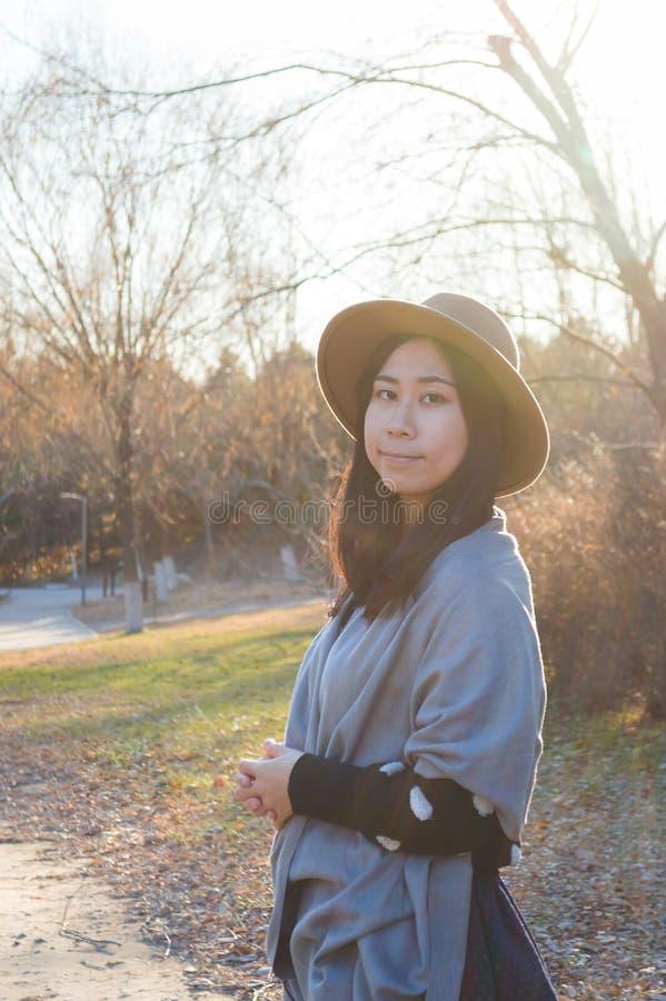 Nedgång ung asiatisk kvinna 2 för höst royaltyfria foton