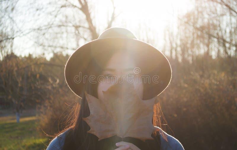 Nedgång ung härlig asiatisk kvinna 5 för höst arkivfoton