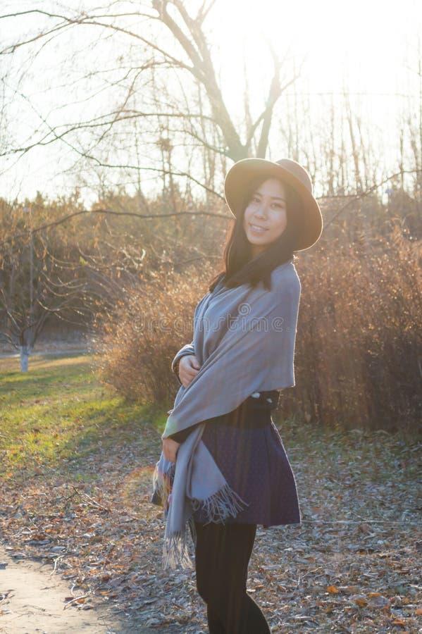 Nedgång ung härlig asiatisk kvinna 7 för höst royaltyfria bilder