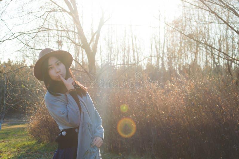 Nedgång ung härlig asiatisk kvinna 8 för höst royaltyfri fotografi