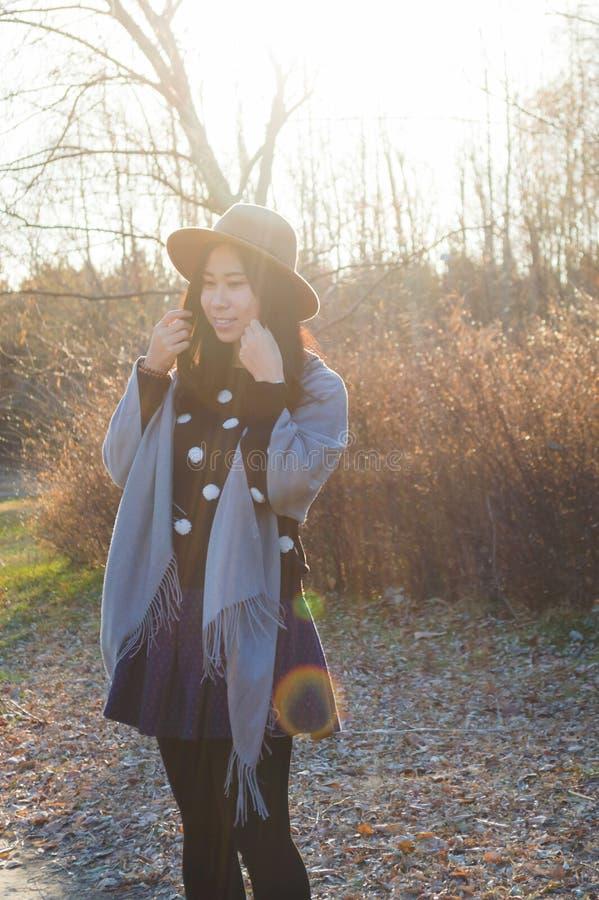 Nedgång ung härlig asiatisk kvinna 10 för höst royaltyfri bild