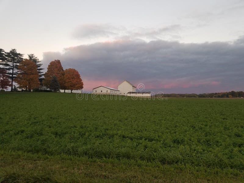 Nedgångafton, skymninginställning på en Amish lantgård i Ohio fotografering för bildbyråer