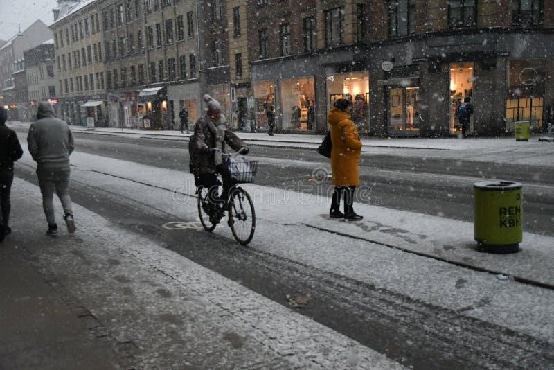 Nedgångar för tung snö i den danska huvudKöpenhamnen Danmark arkivbilder
